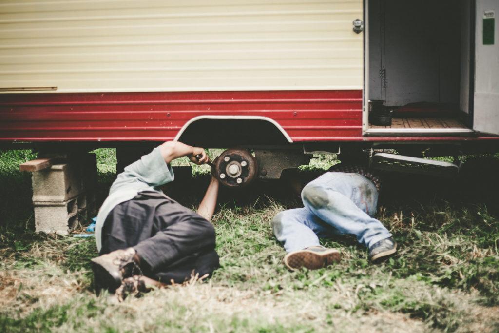 Réparation d'essieu de la caravane qui s'est plié