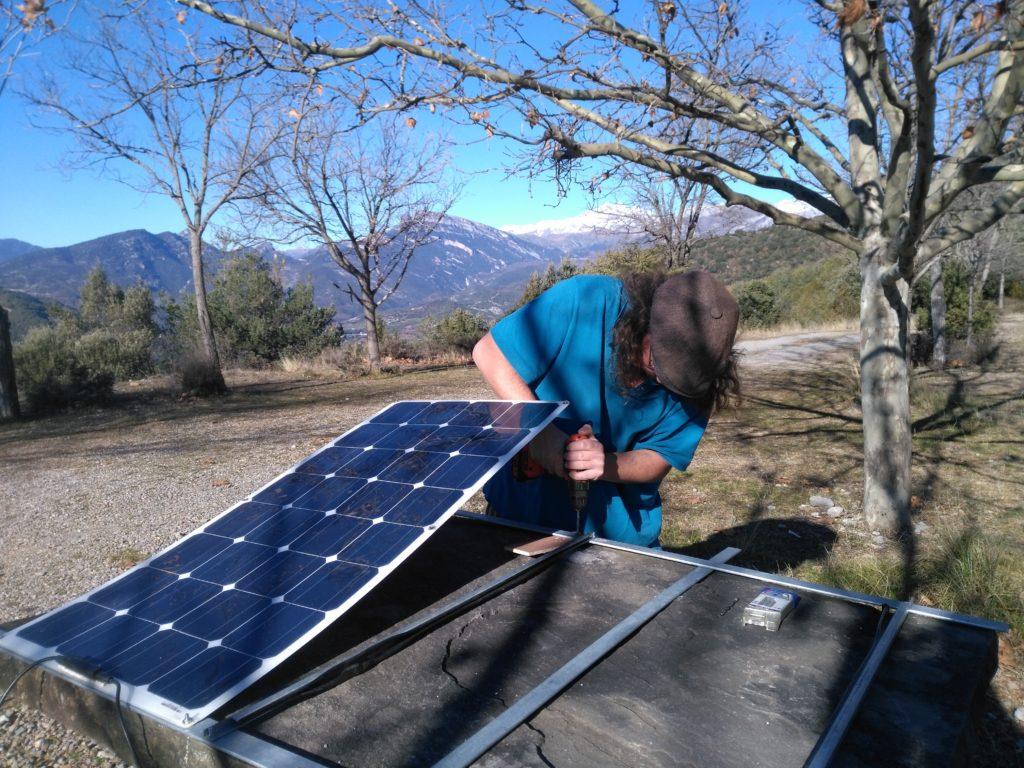 Installation des panneaux solaires sur le toit du nouveau camion.