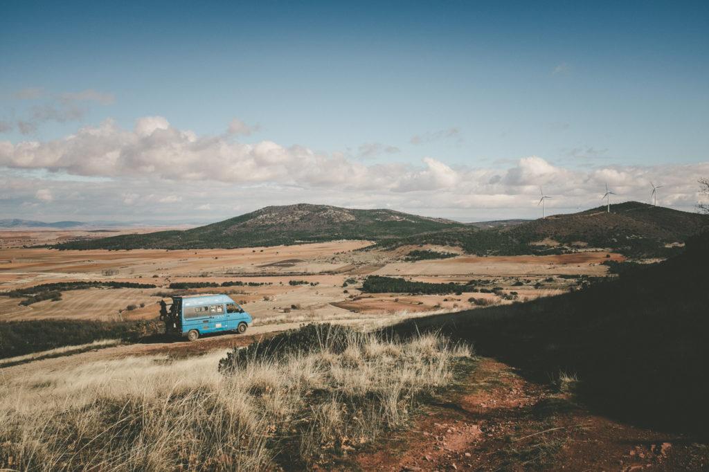 Le camion bleu, notre fourgon aménagé, qui nous accompagne depuis plus de 6 ans, au milieu d'un paysage d'Espagne