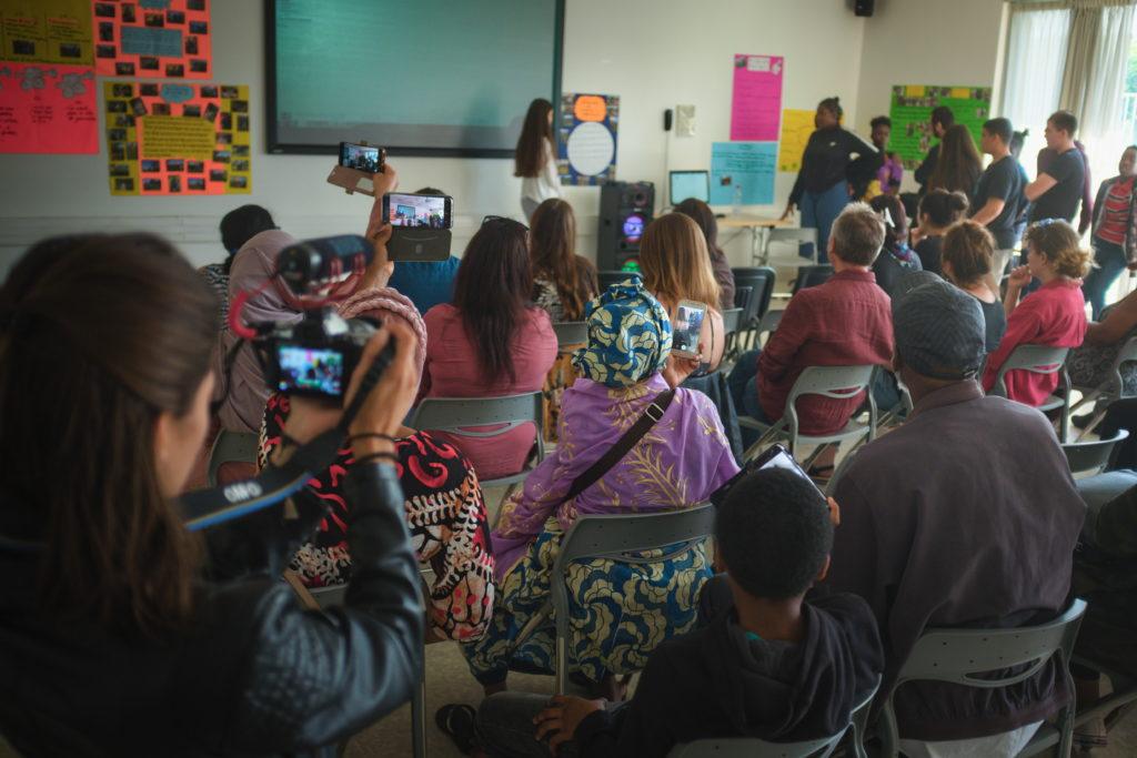 Présentation du film réalisé par les collégiens devant leur famille et les professeurs.